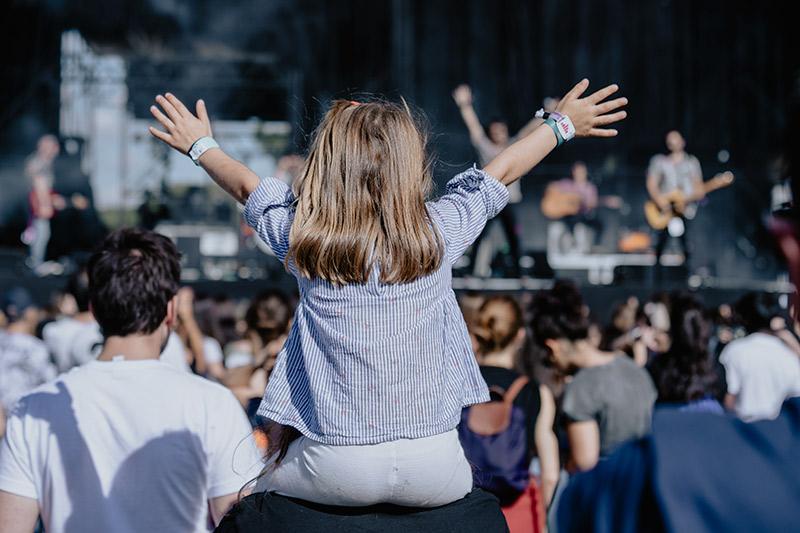 Menor disfrutando de Conexión Valladolid Festival